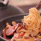 冬天吃锅仔是最正确不过的事情了,一锅热呼呼的端上来,再冷的寒气也就散了,自打搬到杭州,离开了温暖的暖气,只能靠他们来续命了~今天的砂锅煲做的是【腊肠粉丝煲】,怎么说呢,懒,省事,又快又热闹……微信公众号:小羽私厨。#小羽私厨##美食##菜谱#