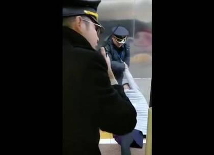 逼停高铁我有理!网友翻唱神曲《扒门姐》