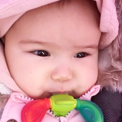 #宝宝##混血宝宝##荷兰混血小小志&柒#咬胶当奶嘴,小柒你这也没谁了,哈哈哈