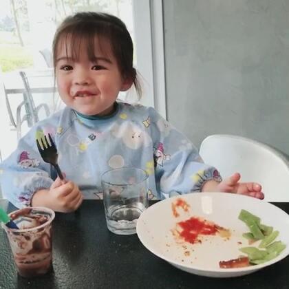 小草莓长期自己盘子里的不吃完就蹭到哥哥盘子里把剩下的一扫而空,手动式吸尘器😂#法国混血小草莓##宝宝##海外生活#
