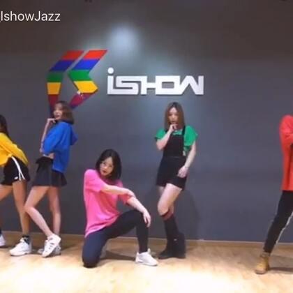 #舞蹈##momoland - bboom bboom##韩舞#来一起跳蹦迪歌吧!这首歌实在太魔性洗脑上头啦!视频里唯一的红衣男子就是我,还好看起来不违和,有种萌萌哒之感🤪@美拍小助手 @南京IshowJazzDance