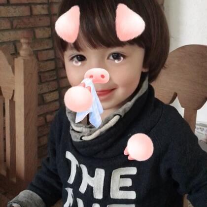 #宝宝##搞笑##荷兰混血小小志&柒#哈哈哈!猪猪志!