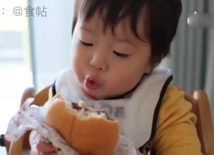 """一个名叫""""小空""""的日本小男孩,第一次吃汉堡,吃相实在是太太太太太太可爱了!😂"""
