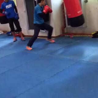 #拳击##运动##健身#沙袋练习,步伐前后移动出拳,就打节奏,二次进攻三次进攻,打完就前后移动,在进攻!