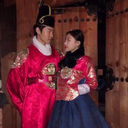❤️Vina和善彻的日常❤️日常发晚了原谅Vina😂这是我们前两周在韩国全州韩屋村的韩服体验游🙌还有善彻的奶奶、妈妈和姐姐也陪我们在韩屋村逛了一晚上🙆特别开心的一晚😆下次带善彻回中国,我们决定也要一起穿穿汉服#韩国##旅游##中韩情侣#