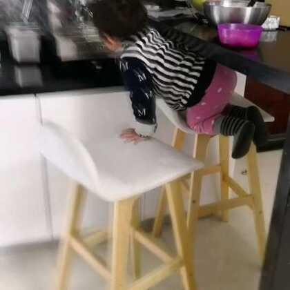 学会爬高凳子偷吃的了