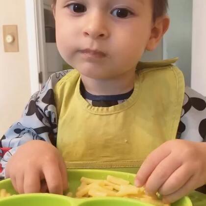 #辅食##宝宝#小查理特别喜欢吃通心粉奶酪,一小碗一会儿就没啦!就这还是之前已经吃过一顿炒饭啦呢!