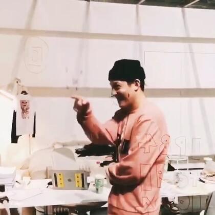 #陈冠希##明星##精选#帅气的冠希哥在798办了一个展,将自己关在玻璃房内,任人参观拍照。行为艺术简直酷到没朋友,你们想知道他在里面都做了些什么吗?