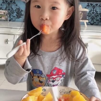 我们家的橙子大量上市啦~现在有三种,都是果汁满满味道好的,咩咩最爱的是红橙,也就是中华血橙,营养价值最高,这个冬天就用健康美味的橙子来预防流感吧~http://weidian.com/i/2229387492?ifr=itemdetail&wfr=c也可加微信YANYI177#宝宝吃秀##吃橙子#