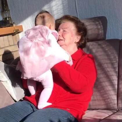 #宝宝##混血宝宝##荷兰混血小小志&柒#太奶奶来高兴了,抱着柒公主,激动的说小柒这么看着我仿佛看到我的灵魂深处,然后一直叫着我们的小公主!