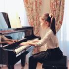 Petzold的G小调小步舞曲,也就是小巴赫的第二首,难以形容的优雅。这次没脸说这是视奏了,因为已经是第五遍弹。谱子是urtext(原作版,无强弱术语和表情记号),喜喜只是遵从四分音符断奏的基本原则、凭感觉弹的。除了两次高音D太强,不符合巴洛克内敛的精神,其他部分妈妈觉得美美的。#音乐##钢琴#