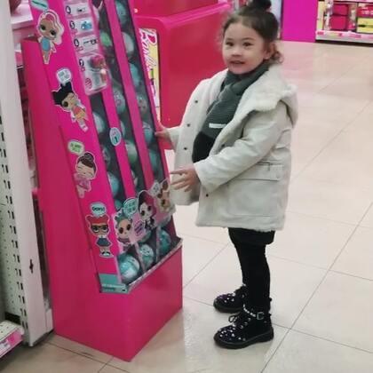 momo最近迷上收集LOL Dolls , 单个的在新加坡买一百多人民币一个,成都卖89, 我觉得好贵。前两天在淘宝买了几个盗版的28元一个。结果mo一拆开就说是假的。现在的孩子也太懂了吧!还知道真假了! 然后mo跟火车爸爸视频的时候说她的lol doll是假的,爸爸很鄙视我,让我赶紧给他闺女买正品去#momo在成都#
