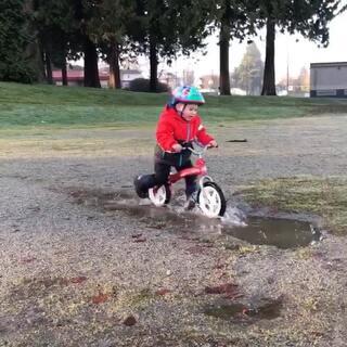 每次遇到水坑 Ethan都能玩半天 希望以后学习也能拿出这精神来😜#搞笑##游戏##运动##热门#