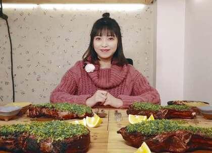 食物链顶端的女人,深渊巨口消灭12斤战斧牛排!#大胃王朵一##美食一朵朵##吃秀#
