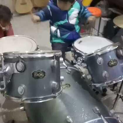 #U乐国际娱乐#六岁小鼓手演奏只想大声说爱你