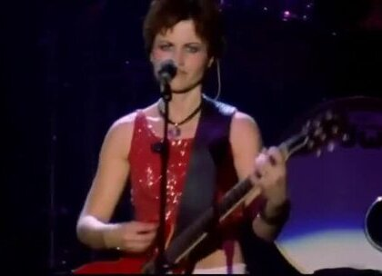 【Dolores O'Riordan - Zombie(The Cranberries)】红遍90年代的爱尔兰乐队「小红莓」(The Cranberries)主唱多洛丝·奥瑞沃丹(Dolores O'Riordan)在伦敦骤逝,年仅46岁,去年小红莓乐队宣告欧洲巡演,但5月因为主唱健康问题取消,她被诊断患有抑郁狂躁型忧郁症,如今更传出死讯,全球乐迷同悲