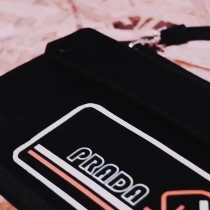 Prada 2018秋冬男装秀场上的小挂包,看着不大其实有厚度哦~