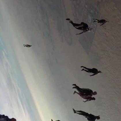 这是新的吃鸡沙漠地图?不不不,这是队长熊吉在迪拜沙漠跳伞。