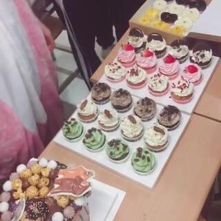 #日志##渲酱小日常#p2 老师给我们买的蛋糕🎂庆祝专业考试结束(*Ü*)今天超开心的哈哈哈哈哈 然后我现在却在苦逼的剪音乐🌚@美拍小助手