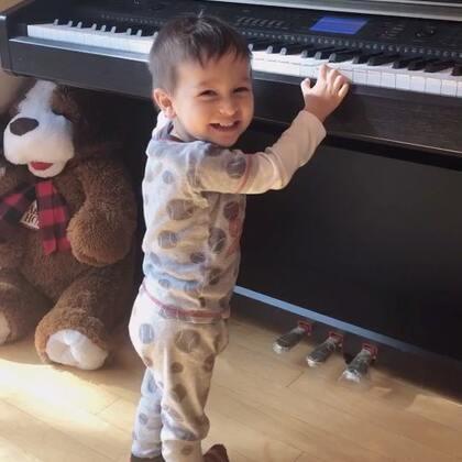 #偷拍#小查理,自己开的音乐,然后还知道踩点呢👍看见我偷拍他还有点不好意思的样子😂#宝宝##小查理17个月#