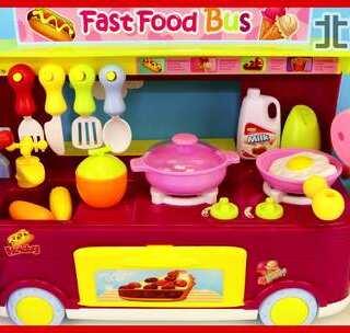 小猪佩奇与艾莎公主的快餐车厨房过家家玩具 #宝宝##小猪佩奇##过家家玩具#