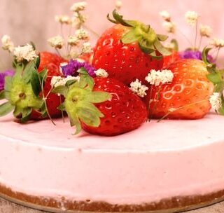 一个搅拌机,就可以做出很多好吃的蛋糕,超级简单哦!只要把准备好的食材丢进去就可以啦!这里要注意的是吉利丁片,要先用温水泡软,再取出隔温水融化成液体,取三片的量就可以啦! 做出这么好看的蛋糕,有没有自信满满的准备去开个蛋糕店啊?#美食#要做出超赞的蛋糕,你只离了一个搅拌机的距离#烘焙#