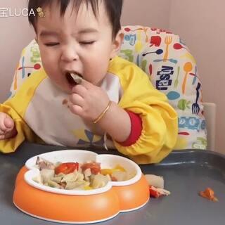 #宝宝##吃秀##余额宝吃辅食# 午餐吃了意面,萝卜,番茄,彩椒,玉米粒。12个月14天。