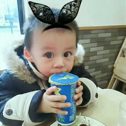 喝酸奶,喷我一手机😂😂#宝宝##我要上热门@美拍小助手##吃秀#