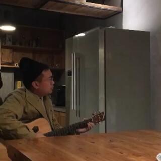 民宿里的吉他弹唱,一下三首歌哦...阿娇桑的声音太好听了~ #音乐##吉他弹唱#