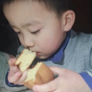 #宝宝##吃秀##自制蛋糕#这是有多饿😂😂😂