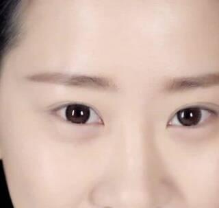 你是否很羡慕外国人凹凸有质的脸庞呢?其实,让自己的脸庞呈现出立体感关键在于让眉毛变得立体,那么,如何才能画出一款立体精致的眉毛呢?我们就一起来学习一下吧~#你让五官更立体的化妆技巧是什么呢?#
