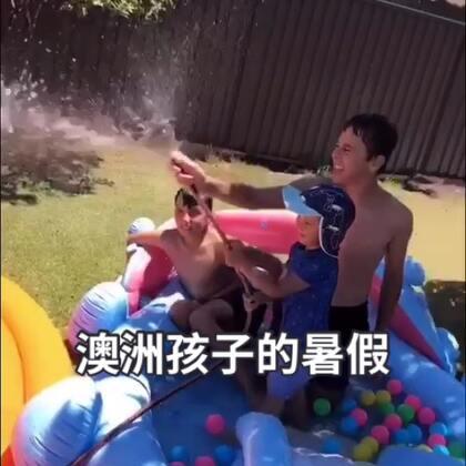 视频中孩子们的玩乐情景,是澳洲孩子一种典型的夏日游戏方式。一到夏季,喷水垫,水枪,充气游泳池就会成为热销产品。孩子们都喜欢铺在自家后院来玩耍。国内的宝宝们可能在想了,这在中国就不太现实了,我们哪有机会生产那么多娃娃呀?!除非放开三胎,四胎……政策!😭😭#宝宝#@宝宝频道官方账号
