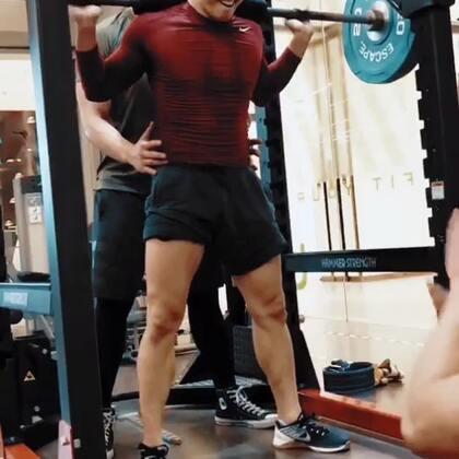 感谢老铁带我酸爽的蹲腿日,平时上课腿部的训练就挺多,但负重的深蹲做的还是少,说明一种单一的训练会让你的身体产生适应性,在训练中可以尝试不同的人训练方法和强度,效果还是不错的,我的屁股我的腿[流泪][流泪]