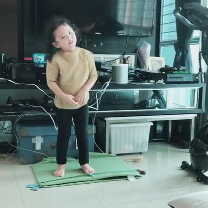 我们一家都生病中,momo感冒#mo跳舞#快好了,精神不错。下午我跟爸爸摊在沙发上没有力气做任何事,momo说想听U乐国际娱乐,里面的歌都是她点的,看着她跳舞的时候完全没觉得自己身体多么不舒服#舞蹈##宝宝#