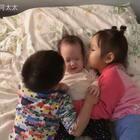 #宝宝##小面团和哥哥姐姐#集万千宠爱于一身的小面团😂妹妹脾气真的太好了,怎么弄也不生气😄
