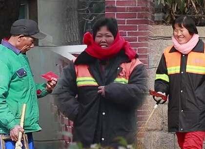 小伙街头悄悄给清洁工送红包,他们开心的像个孩子#大树君#美拍最牛恶搞#微信公众号搜索大树君,收看更多原创社会实验