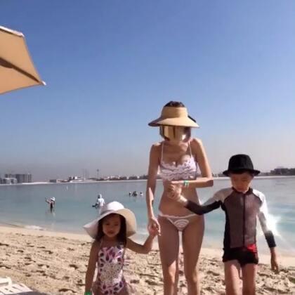 帶兩隻海邊玩,小孩都無敵愛玩沙!我的面罩式太陽眼鏡帥炸了吧😎😎 迪拜冬天白天接近30度, 聽說這裡夏天可以飆到50度😱 所以冬天是杜拜的觀光盛季!#旅游##迪拜##辣妈#