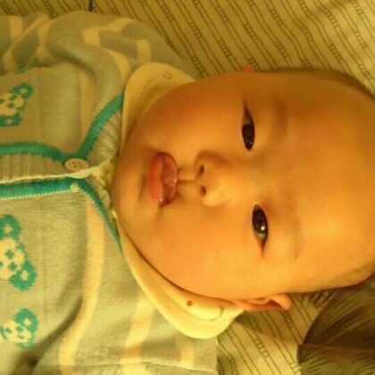 上存一条数码相机里面的库存,#莉莉七个多月大时#她小时候的特长就是,吸上嘴唇,很多人都说没有见过比b这样吸嘴唇的,宝妈们,你们的宝宝小时候也会这样吸唇吗?😝#拍摄于:2014年4月份##宝宝#