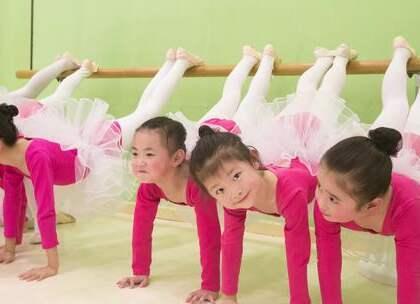 一群粉裙#宝宝#们超级#kiyomi#,少儿中国舞初级班课堂展示《可爱颂》 要被萌化啦~快看那个小可爱笑得好甜呀~#舞蹈#可以让家里的小公主从小培养气质呢,少儿班开放报名中,咨询微信:danse68