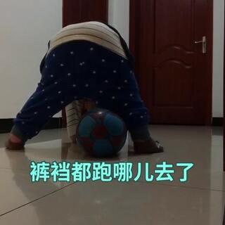 #宝宝##吃货的日常#这就是我和泡泡仔的日常活动,踢⚽皮球,对前几天就是这样闷脸的。😂😂