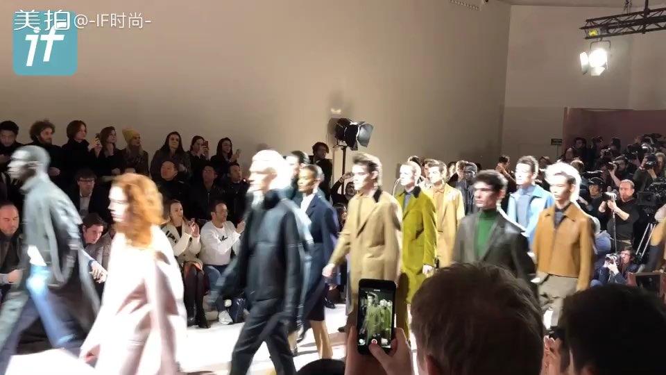 Berluti 2018秋冬大秀谢幕,模特们的随意和粉红色背景相辅相成~好一群贵气的公子哥呀~