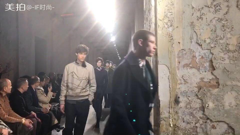 HERMES 2018秋冬男装系列,衬衫、毛衫与大衣混搭很有格调~配色也很和谐~