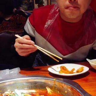 今天来吃邵汇大虾,由于最后的扯面不要钱,大刘就让服务员扯了两锅,竟然神一般的全吃完了。它家连锁的,你们可以自己搜一下离家近的去吃。#吃秀##刘氏夫妇#