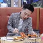 #韩国vlog##撸串儿##吃秀# 他最爱的肉串儿😊