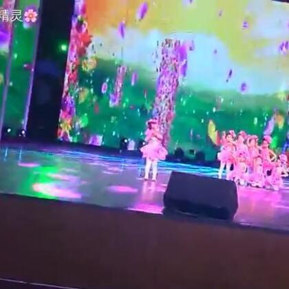 #宝宝##精选##舞蹈#三岁半的小甜甜就上了大舞台,领舞的最小只就是甜甜,这是甜甜跳的第一支舞蹈,中间少了几秒,也不清楚,留作纪念,谢谢朋友们一直以来的支持🌹🌹🌹