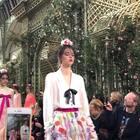 Chanel 2018春夏高定秀谢幕,一如既往的浪漫,模特们每个人都带着花朵头饰~亮片和花朵短靴每一双都想要😍😍😍