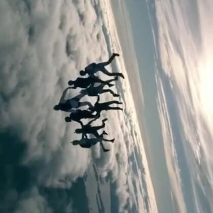 美轮美奂高空跳伞多人自由飞造型