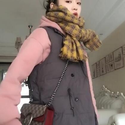 #日常穿搭#纯色卫衣➕纯色马甲➕bf风牛仔裤➕格子围巾➕包包