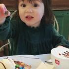 看到吃的都颠儿了,又是最爱的巧克力。以前的视频,存了好多,慢慢发#宝宝##程程在uk# 大部分照片和日常都在微博https://weibo.com/u/2873092272