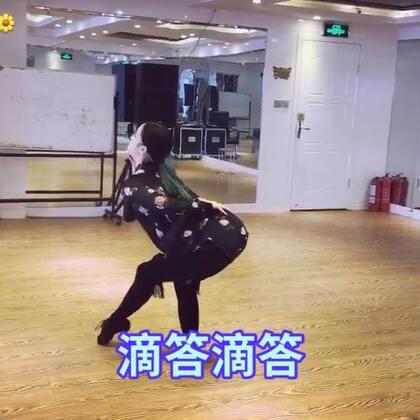 个人认为,好的舞蹈是发自内心的内在力量,由内心传递给观众的眼神,手位,感情。而不是表面上做出来的眼神,手位,很多人把拉丁舞跳成各种野蛮,也许风格问题,也许理解不同。技巧固然重要,毕竟是跳舞,放松心情,感受舞蹈才是真。@美拍小助手 #拉丁舞#